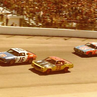 16 BOBBY ALLISON 25 JABE THOMAS 43 RICHARD PETTY 1975