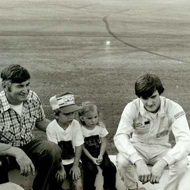 Bobby and Davey Allison with the little ones / GA INT